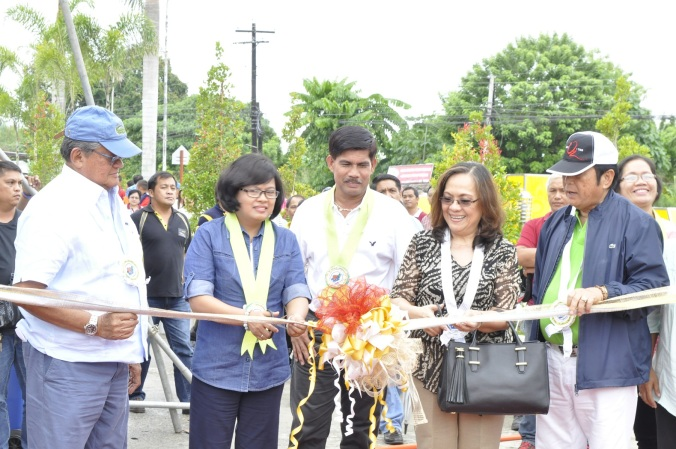 DA-XI Asst. Regional Director Maria Febe T. Orbe, and  DTI Undersecretary Zenaida Maglaya cut the ceremonial ribbon marking the opening of the Kadagayaan Festival 2015 Agri-Aqua Industry Trade Fair, as Gov. Rodolfo del Rosario, left, Mayor Benigno Andamon, center, and Vice Gov. Victorio Suaybaguio, right, cheer them on.  Irving Ang